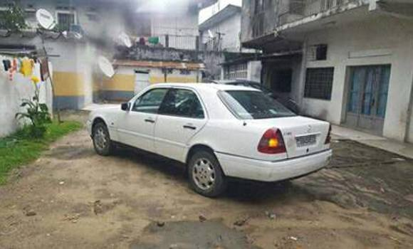 Voiture à vendre Mercedes Benz C-Class Blanc - Kinshasa - Bandalungwa